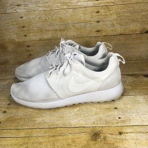 Nike triple white Roshe run Womn Sz 10/ men Sz 8.5